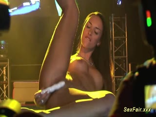 Hot dancer show off her pussy on live show